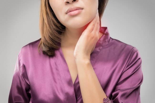 meski tidak selalu berbahaya, benjolan di tenggorokan perlu diwaspadai - alodokter