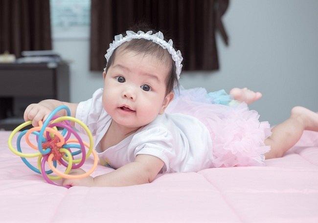Memilih Mainan Bayi 4 Bulan yang Tepat - alodokter