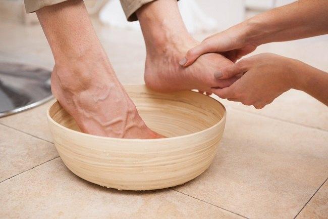 berbagai manfaat merendam kaki dengan air garam - alodokter