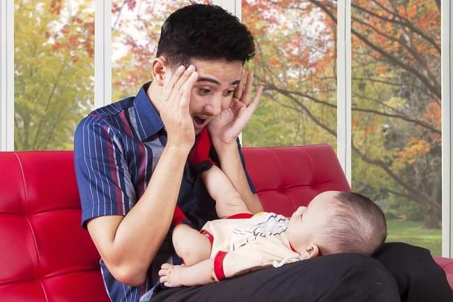 Para Ayah Harus Tahu Cara Mengatasi Bayi yang Menangis. Begini Caranya!