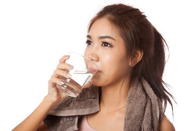 fakta dan mitos minum air hangat-alodokter