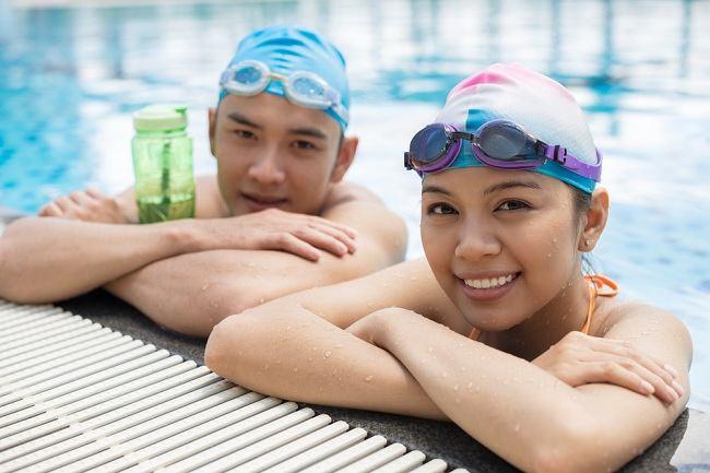 manfaat kacamata renang dan risiko pemakaiannya - alodokter