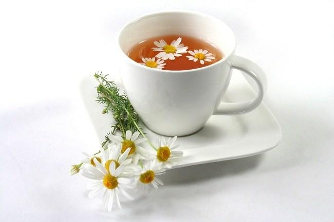 secangkir teh chamomile bisa membantumu tidur nyenyak - alodokter