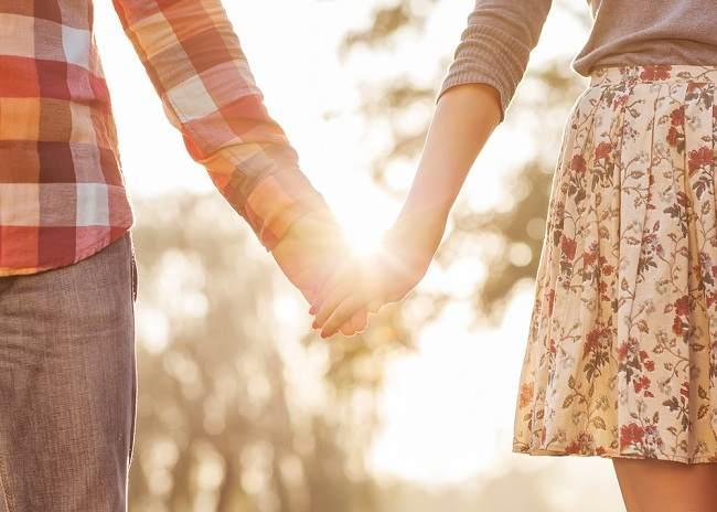Ternyata pegangan tangan bisa mengurangi stres - alodokter