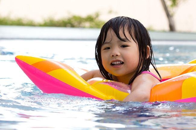 guys jangan buang air kecil dan minum air di kolam renang yah - alodokter