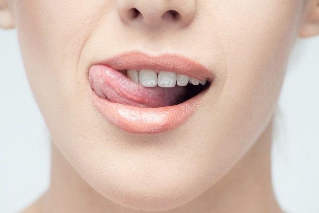Menjilat bibir bukanlah cara melembabkan bibir yang benar - alodokter