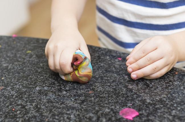 permainan yang bisa membangun kemampuan motorik halus anak - alodokter