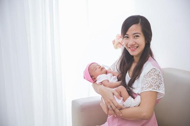 cara menggendong bayi baru lahir yang benar
