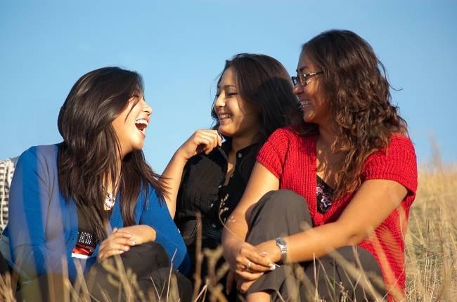 Alasan kenapa tertawa bisa menghapus stres - alodokter