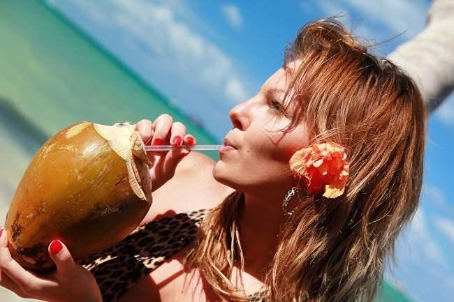 ingin tahu manfaat air kelapa untuk kesehatan - alodokter