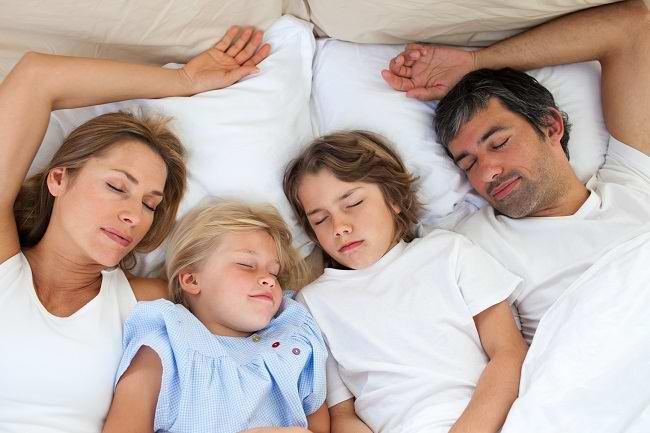 melatih anak tidur sendiri di kamarnya - alodokter