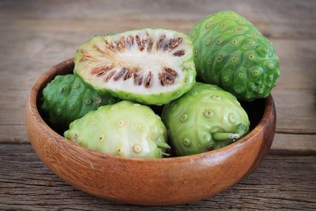 khasiat buah mengkudu masih diragukan - alodokter