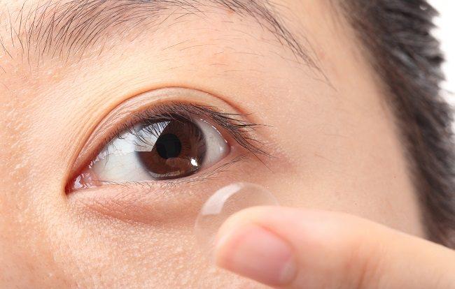 pengguna kontak lensa harus tahu risikonya - alodokter