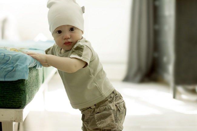 bayi 8 bulan mulai dapat berdiri - alodokter