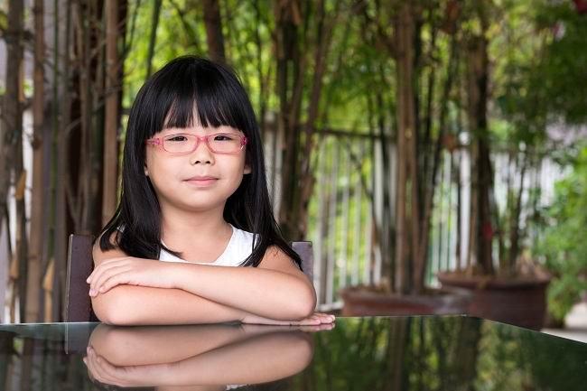 tanda tanda si kecil butuh kacamata anak - alodokter