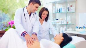 Melahirkan Dibantu Dokter Kandungan atau Bidan?