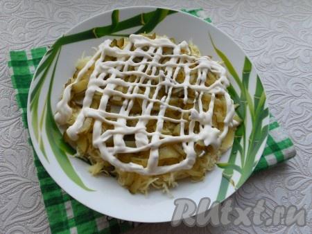Следующий слой - картофель + огурцы + майонез.