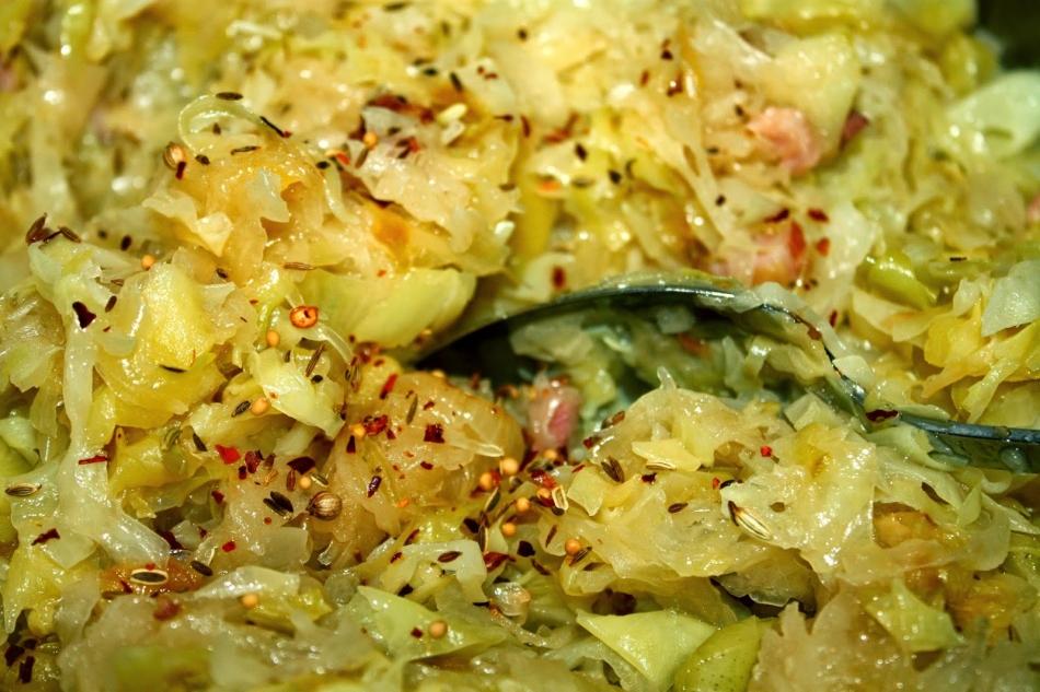 Фото готовой тушеной капусты со специями