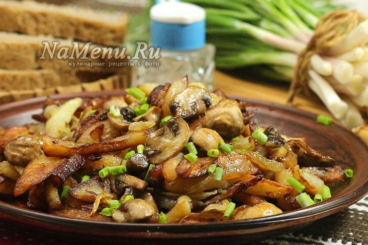 Жареная картошка с шампиньонами и луком на сковороде