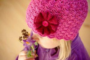 вязанная крючком шапка на девочке