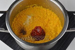 Поместить массу в толстостенную кастрюлю и варить, помешивая, приблизительно 30 минут. Варка должна происходить под крышкой. Дальше добавить в уваренную массу соль (1,5 ст. л.), чёрный молотый перец (2 г), сахар (1 ст. л.), томатную пасту (3 ст. л.). Перемешать. Варить, помешивая, 20 минут.