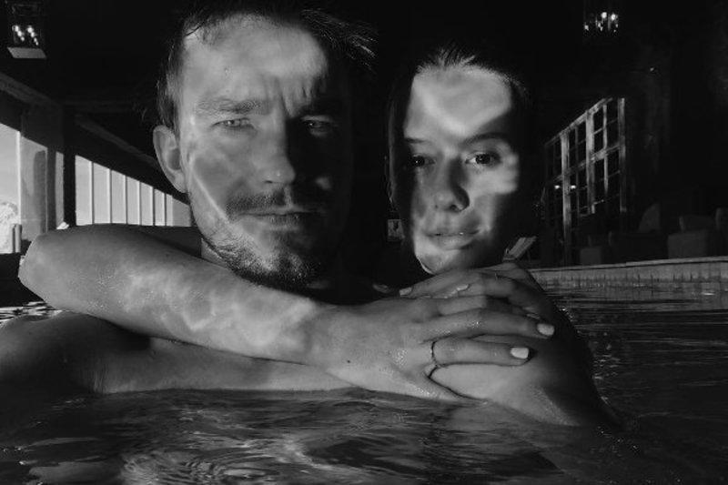 Ирина Старшенбаум показала романтичное фото с Александром Петровым в бассейне