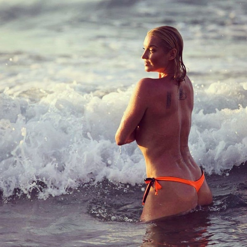 Анастасия Волочкова снова обнажилась на Крите
