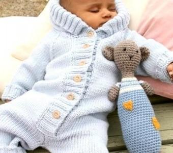 Вязаный детский комбинезон с капюшоном