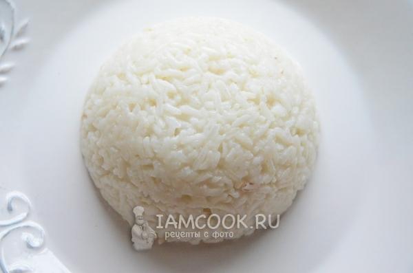 Выложить на тарелку рис