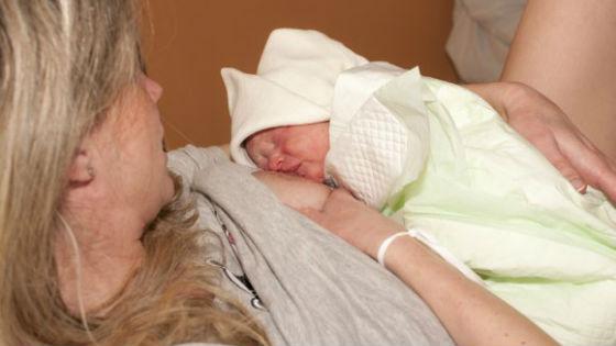 Кормление грудью приводит к лучшему сокращению матки и выведению лохий