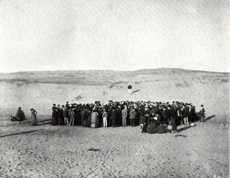 11 апреля 1909 года. Около ста человек бросают жребий, что бы поровну разделить 12 акров купленных песчаных дюн . Потом это станет Тель-Авивом. история, смотреть, фото