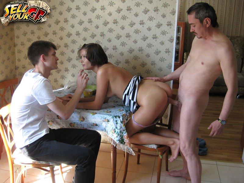 Порно муж жену отдает