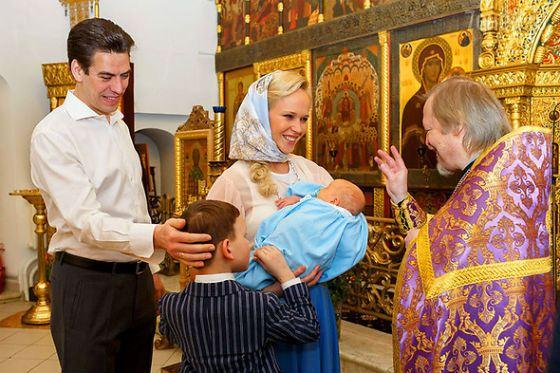 Дмитрий Дюжев с детьми и женой