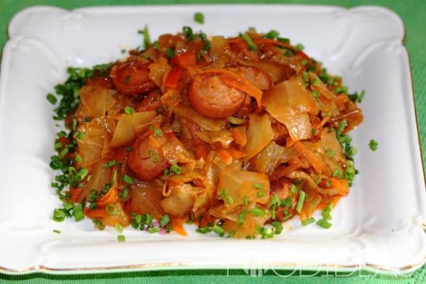 Солянка из квашеной и свежей капусты с сосиской