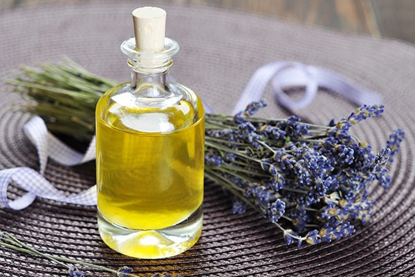 Lavender oil to fight toenail fungus at home