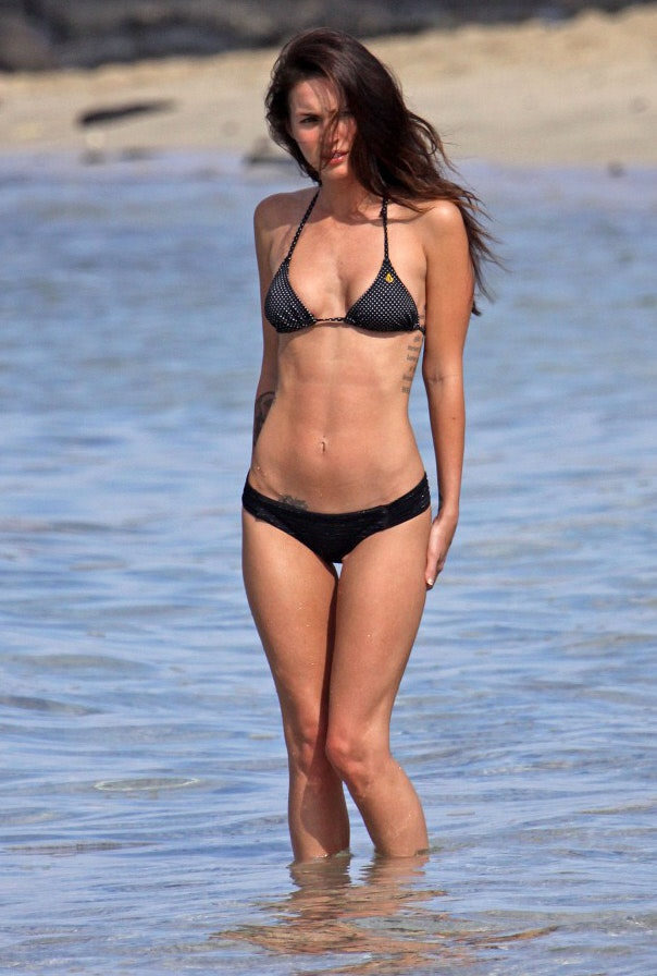 Female celebrities have outie belly buttons