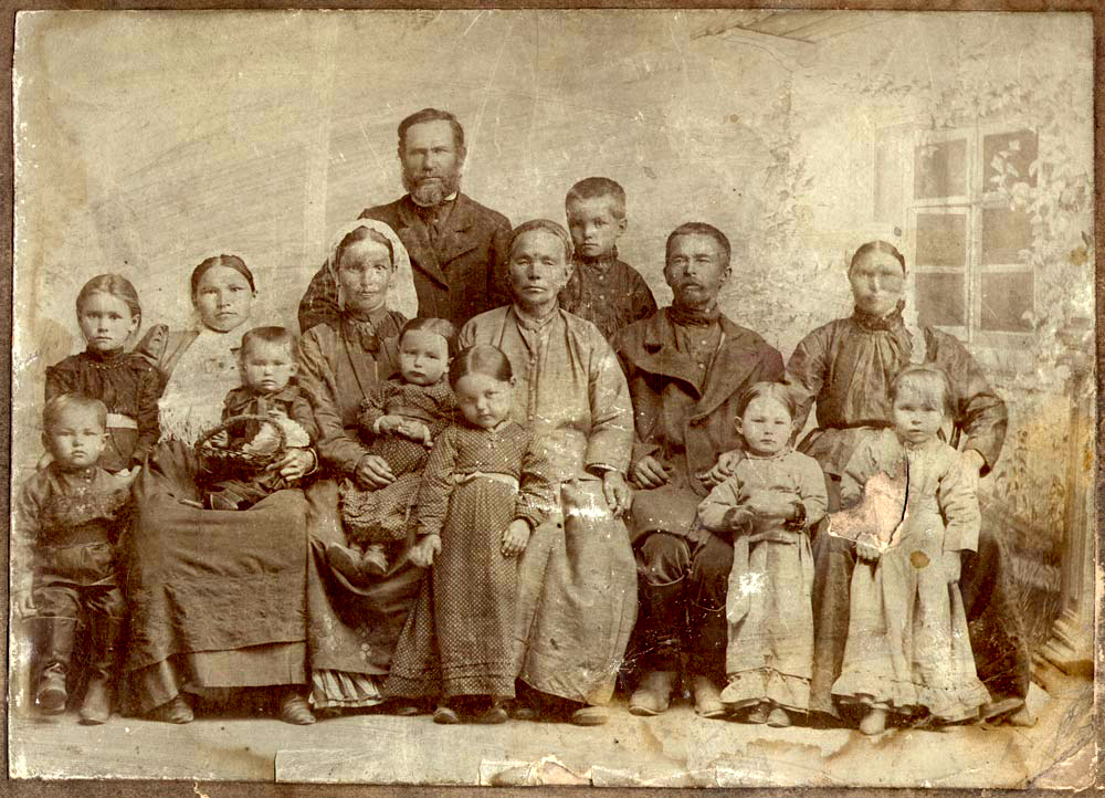 Фотография семьи крестьянина Василия Попкова (предположительно 1907г.).