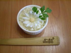 Салат из плавленного сыра с яйцом - фото шаг 4