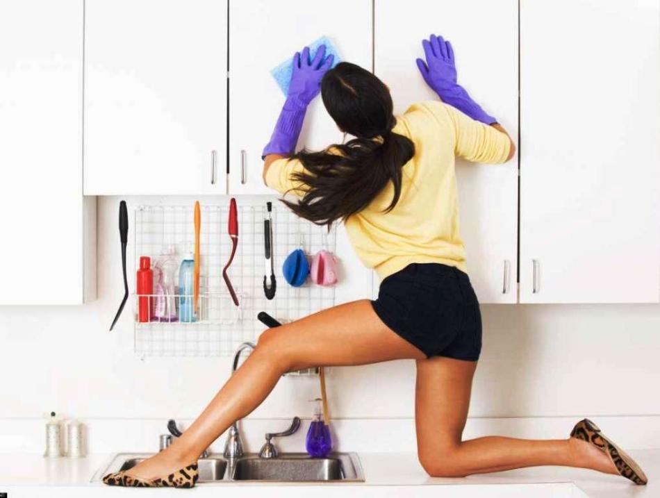 Девушка моет шкафы на кухне по системе флай леди