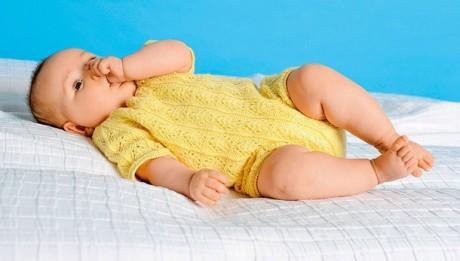 Ажурный комбинезон для новорожденного спицами