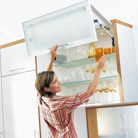 Пространство маленькой кухни следует максимально задействовать в высоту, используя вместительные верхние модули