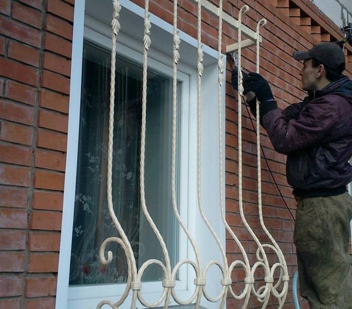 Как осуществляется установка металлических решеток на окна