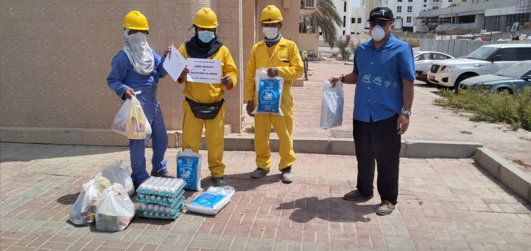 Distribusi Bantuan Untuk WNI di Oman