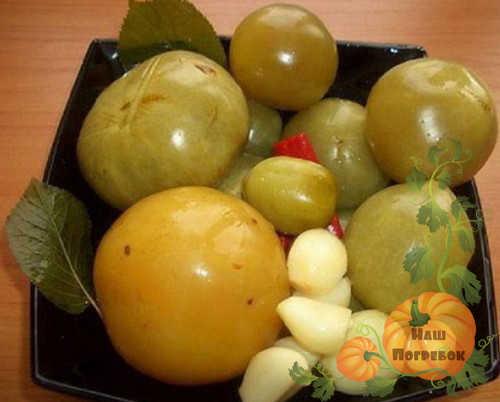 Маринованные зеленые помидоры в кастрюле