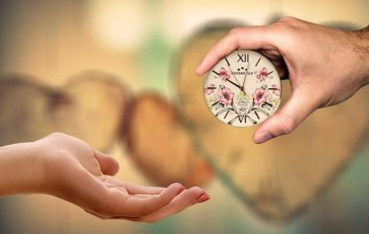 Часы в подарок женщине приметы