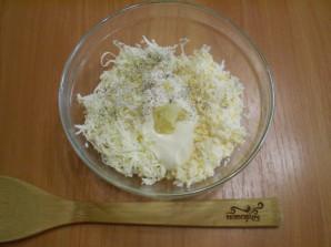 Салат из плавленного сыра с яйцом - фото шаг 2