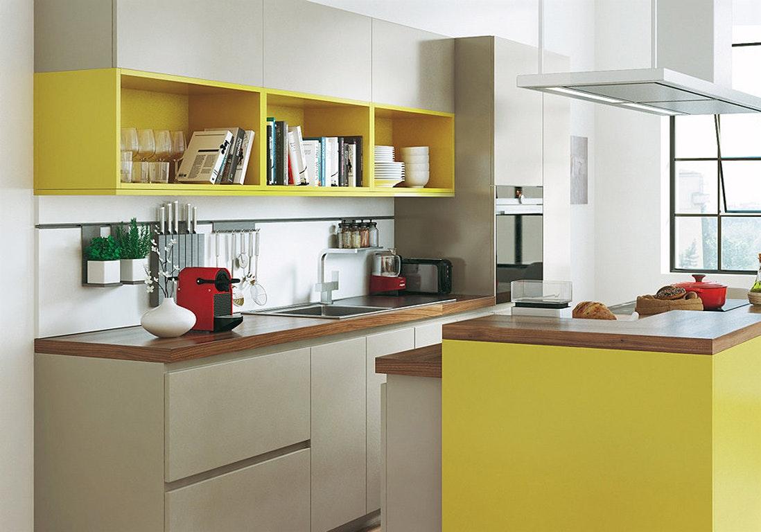Дизайн маленькой кухни желтой