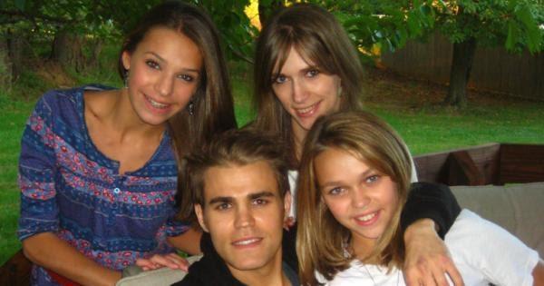 На фото: Пол Уэсли с сестрами