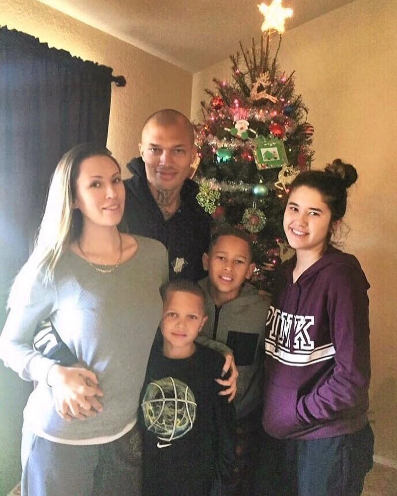 Еще один снимок показывает пару с тремя детьми возле рождественской елки.    Джереми Микс, жизнь, преступник