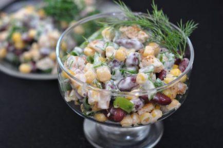 Салат из помидоров фасоли и ветчины